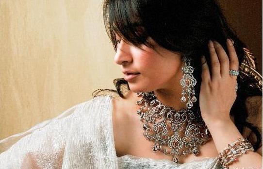 Pakistani actress Reema displaying Hanif diamond jewellery