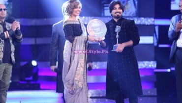 Zamad Baig recieving Trophy From Hadiqa Kiyani