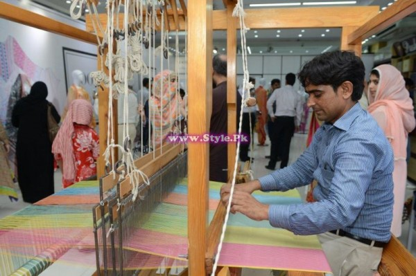 Live Fabric being Woven at the Launch of Noor by Pasha  (2)