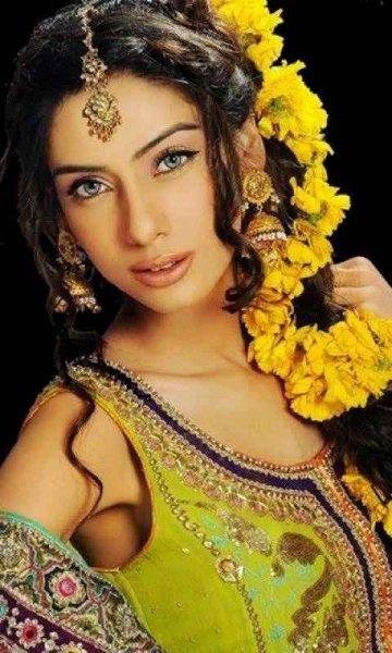 Mehndi Hairstyles Latest : New bridal hairstyles for mehndi function style pk