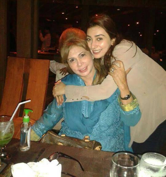 ayesha khan with her mother
