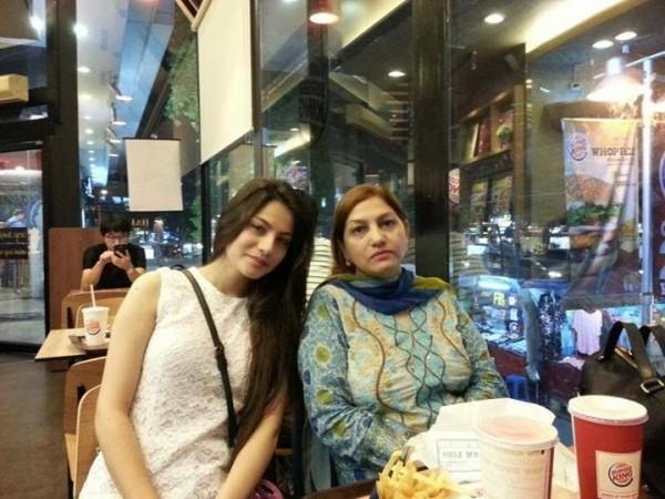 neelam munir with mother