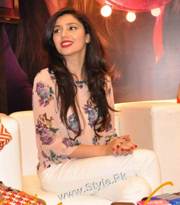 13 Pictures in which Mahira Khan is Smiling High  (4)