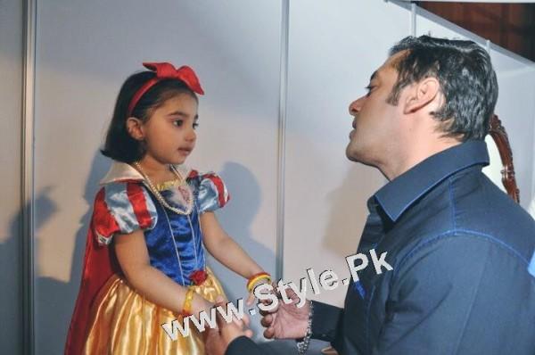 Javeria Saud and her daughter with Salman Khan (2)