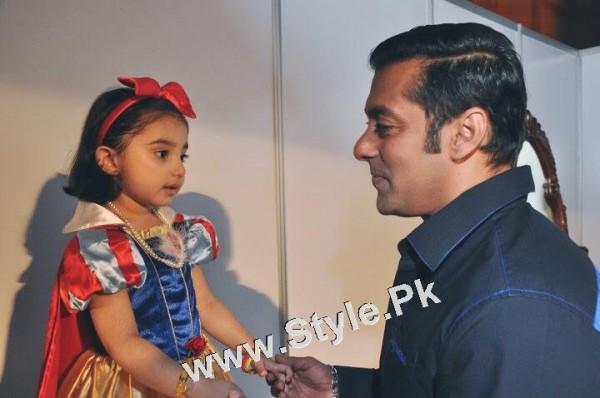 Javeria Saud and her daughter with Salman Khan (3)
