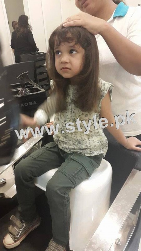 Pictures of Fahad Mustafa's daughter while having a haircut 2