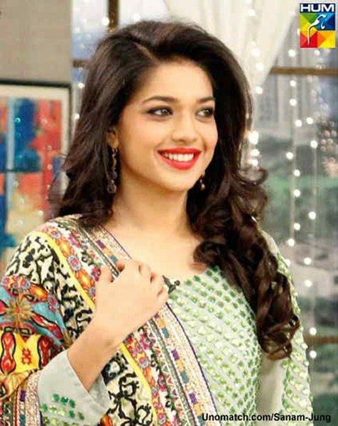 Top 5 Pakistani Actresses With Beautiful Smiles001