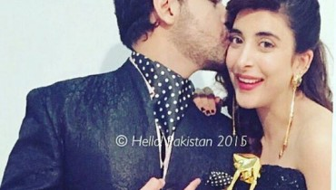 See Farhan Saeed kissed Urwa Hocane at Masala Awards 2015