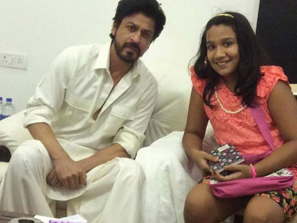 Shah Rukh Khan with fans 1