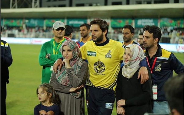 Shahid Afridi With His Daughters At Psl Style Pk