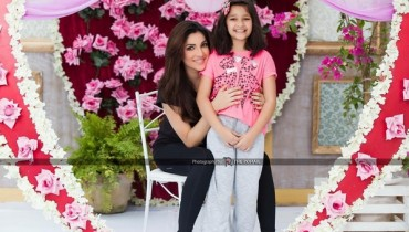 See Pictures of Zhalay Sarhadi with her daughter