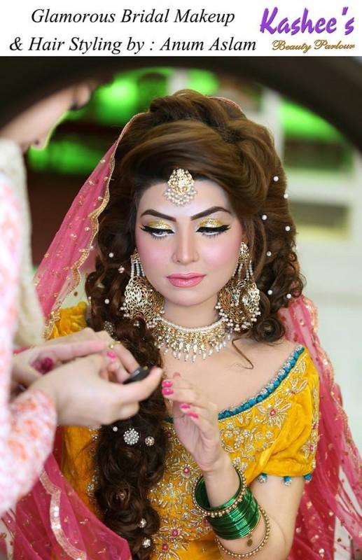 Glamorous mehndi makeup ideas by Anum Aslam