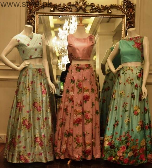 The long maxi cotton skirts and wraparounds with the traditional prints, floral prints, multicoloured skirts are usually worn with blue, white or black plain tank tops to .