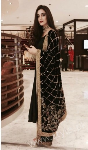 Embroidered velvet shawls are ruling in winters 2017 (2)