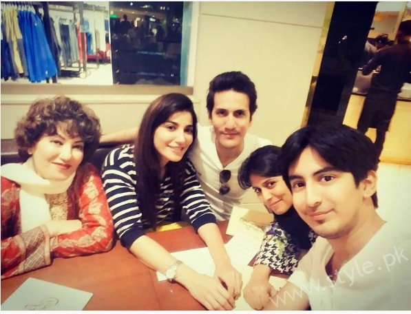 Naveen Waqar with her Family (4)