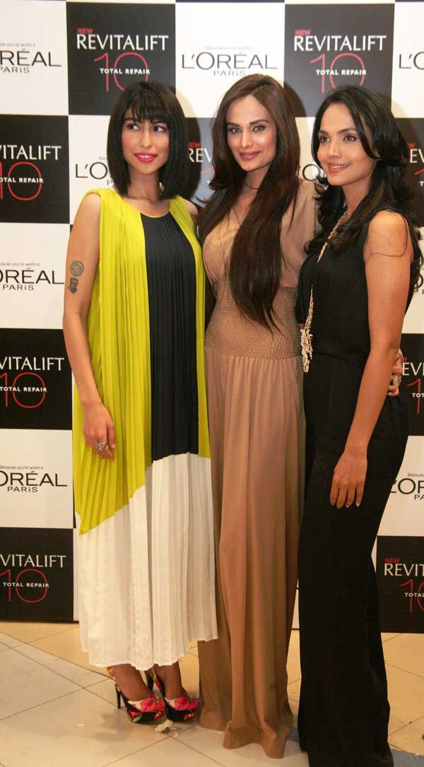 Launch of L'Oreal Paris Interactive Mall Animations _03_Meesha_Shafi_Aamina_Sheikh_and_Mehreen_Syed_03