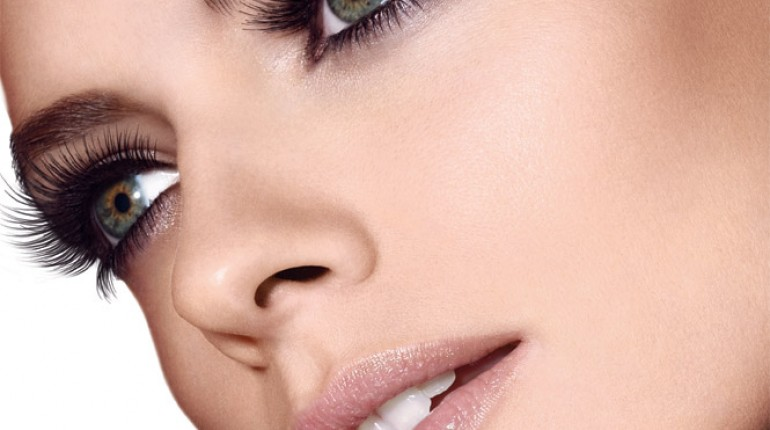 How To Use An Eyelash Curler Properly