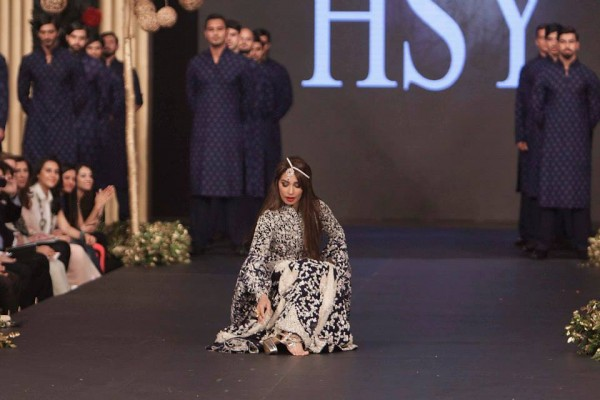 Reema Khan Sat On The Floor