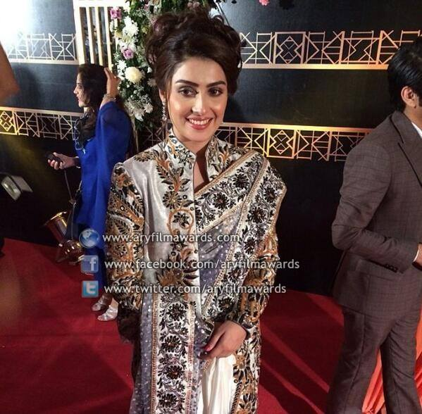 The ever gorgeous Ayeza Khan, our very own Farah for the first time in any award show
