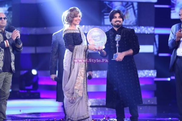 Zamad Baig recieving Trophy From Hadiqa Kiyani