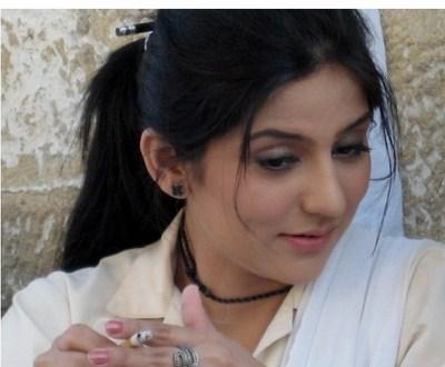 Sanam Baloch smoking