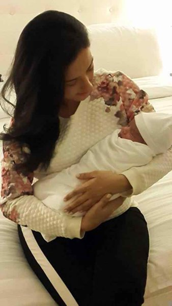 Pakistani Actress Momal Sheikh Blessed With A Baby Boy003