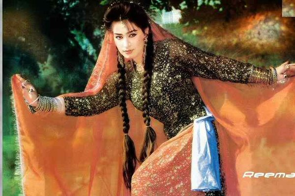 Pakistani Film Heroines And Their Fashion Statement Past And Present001