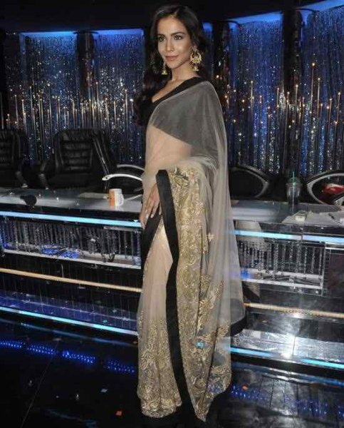 Which Pakistani Celebrities Look Beautiful In Saree003