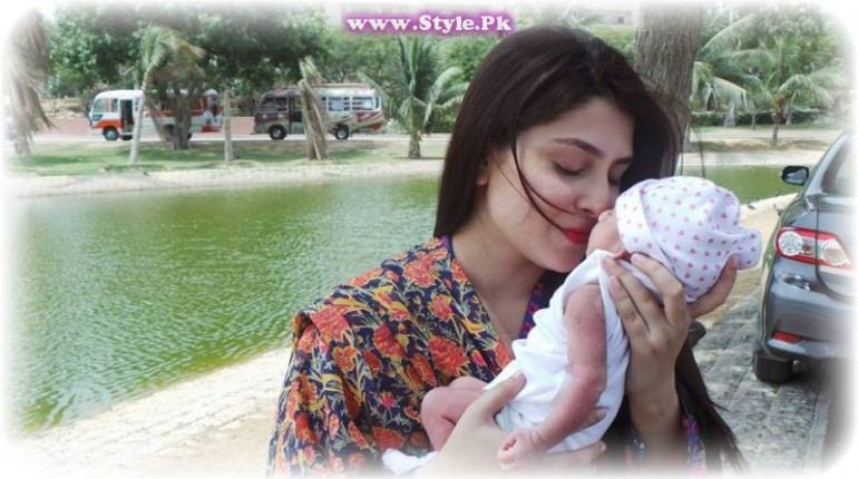See Ayeza Khan with her baby girl