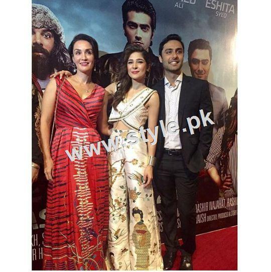 Celebrities on premier of Karachi se Lahore (11)