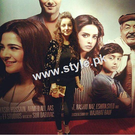 Celebrities on premier of Karachi se Lahore (8)