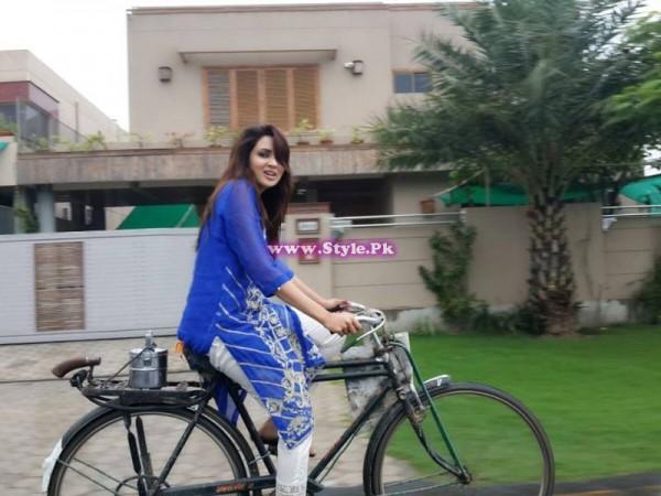 Fiza Ali riding cycle in rain 2