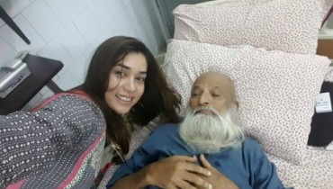 See Komal Rizvi took Selfie with Edhi, No regrets