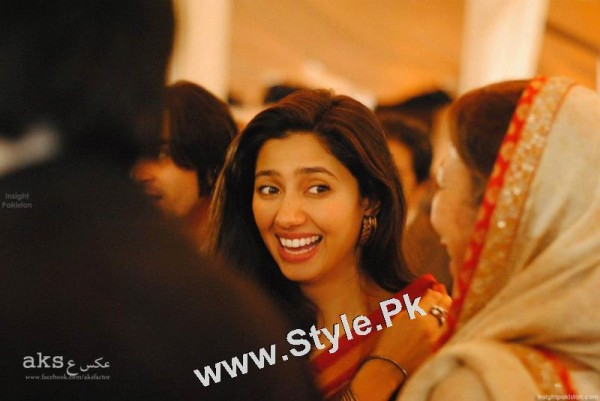 13 Pictures in which Mahira Khan is Smiling High  (13)