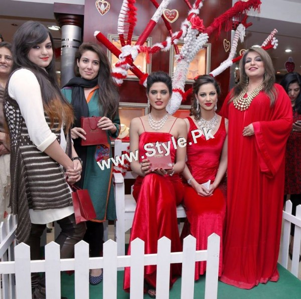See Celebrities at Damas Annual Fashion Show 2015
