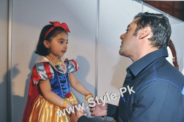 Javeria Saud and her daughter with Salman Khan (2)