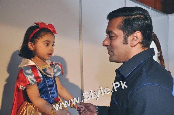 Javeria Saud and her daughter with Salman Khan (3)