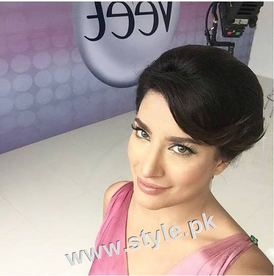 Pakistani celebrities who look good in colored eye lenses (5)