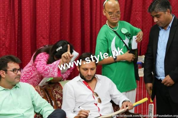 Shahid Afridi denoted 2 million PKR on his visit to Darul Sakoon (3)