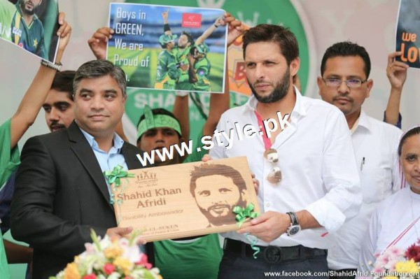 Shahid Afridi denoted 2 million PKR on his visit to Darul Sakoon (5)