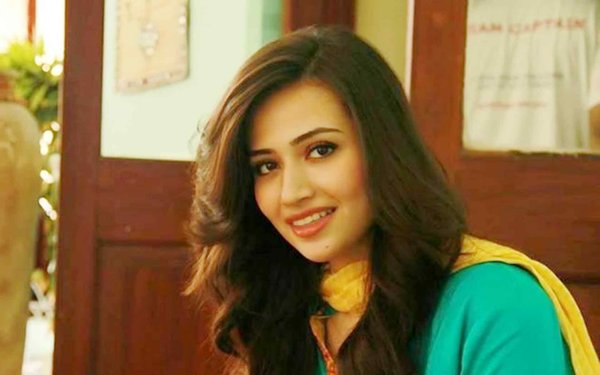 Top 5 Pakistani Actresses With Beautiful Smiles002