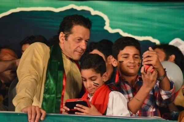 Pakistani Politicians Fond Of Taking Selfies004
