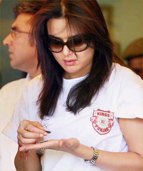 Female Celebrities Who Are Smokers - Boldsky.com