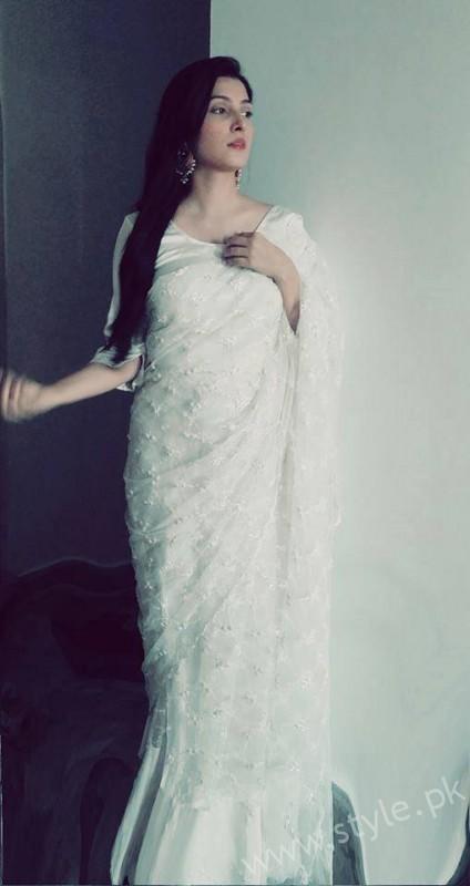Ayeza Khan wearing white Saree