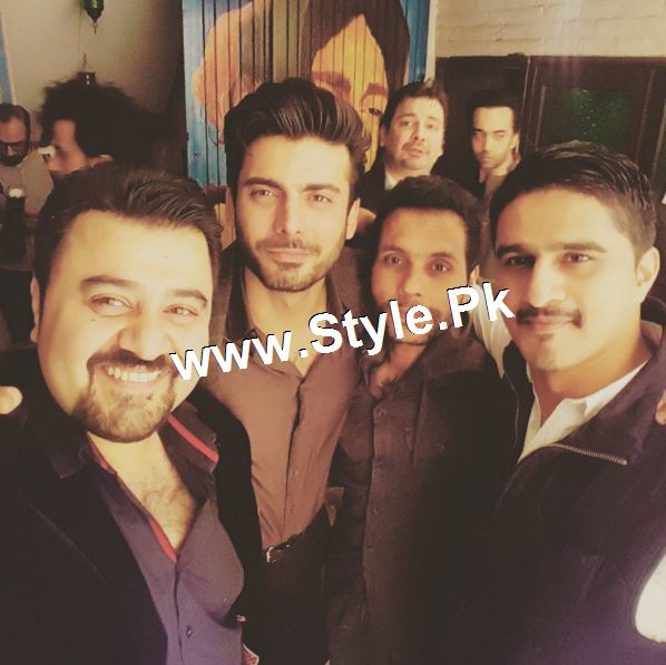 Pictures of 10th Aniversary of Fawad Khan ad his wife (4)