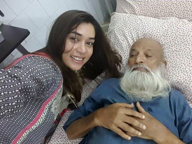 Komal Rizvi selfie with Abdul Sattar Edhi
