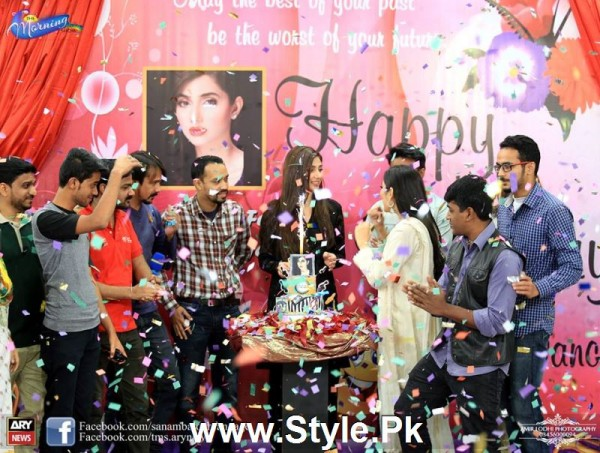 Mahira Khan celebrated her advance birthday in The morning Show (6)
