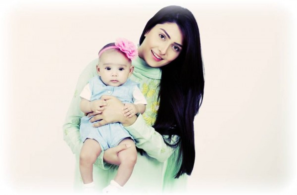 Ayeza Khan spending time with her Daughter (5)