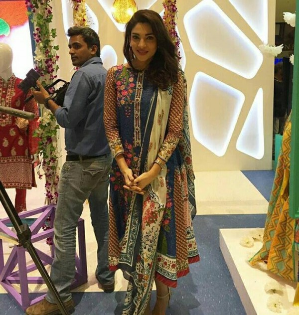 Pakistani Celebrities at the Launch of Gul Ahmed (2)