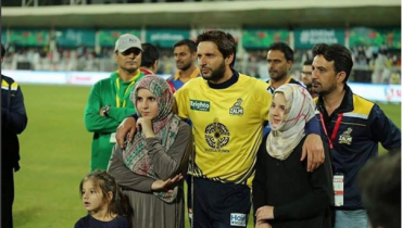 Shahid Afridi With His Daughters at PSL